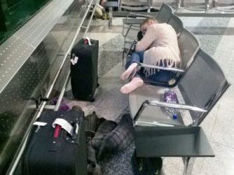 25 dôvodov prečo stráviť noc na letisku